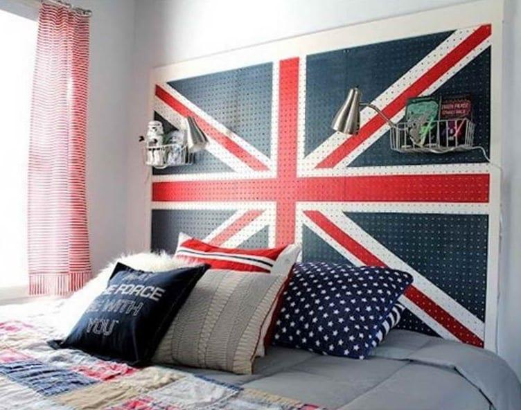 kleine schlafzimmer einrichtungsidee in blau und rot