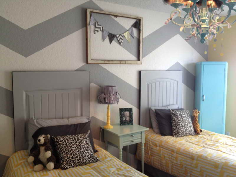 alte türe deko idee für diy kopfteil und coole wand streichen muster in grau und weiß
