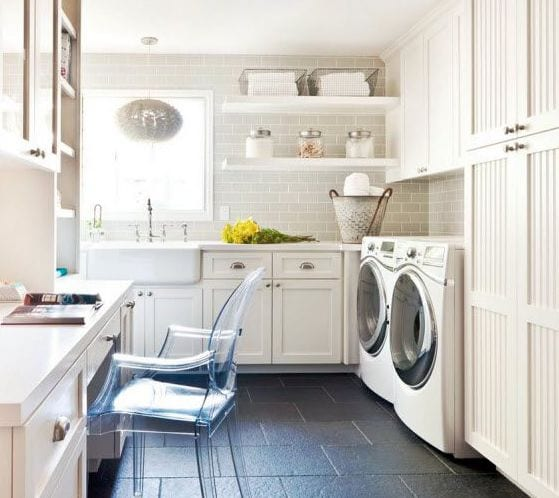 interessante waschküche-einrichtungsidee mit schreibtisch und weißen ziegelfliesen