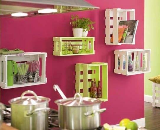 Wandfarbe Pink als Wand streichen idee küche und coole Wandregalen aus Holzkisten in weiß und hellgrün für frische farbgestaltung
