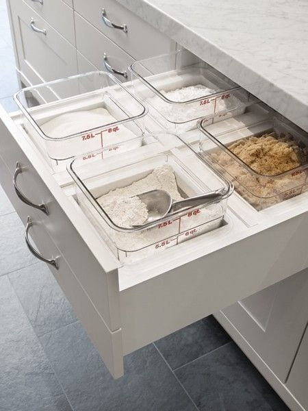 moderne küche einrichtung mit platzsparenden schubladen für gewürzen