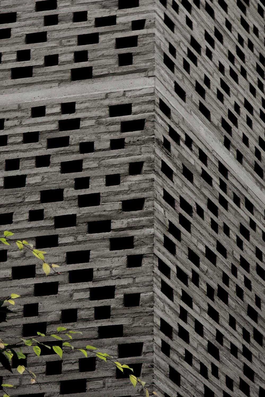 ziegelmauer aus grauen backsteinen mit kleinen löchern für kreative beleuchtung im innenraum