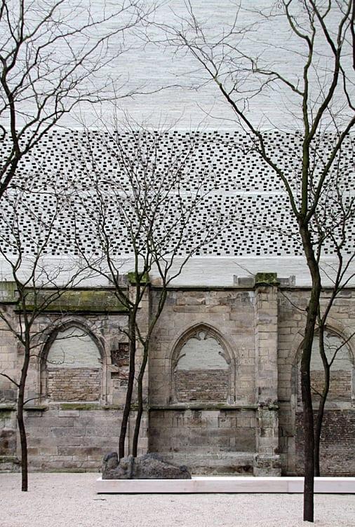 kreative ziegelfassade mit löchern als idee für ein museumsbau