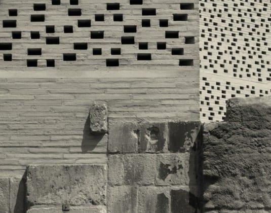kombination von moderner und mittelalterlicher architektur_museumsbau mit ziegelmauern