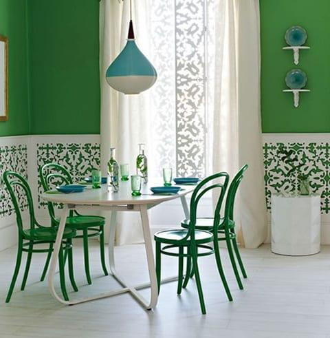 farbgestaltung mit wandfarbe grün und coole wandgestaltung mit holzpaneelen fürs esszimmer mit holzesstisch weiß und grünen holzstühlen