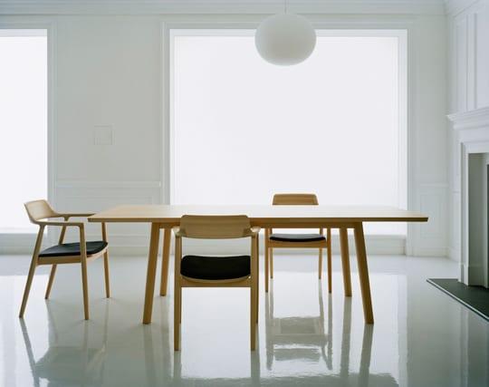 moderne wohn-esszimmer weiß mit kamin und esstisch holz und esszimmerstühlen mit rückenlehne und polstersitz schwarz
