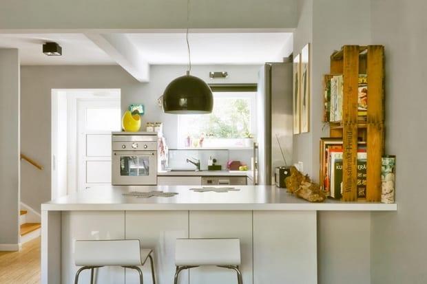 DIY Küchenregale aus Apfelkisten in gelb als moderne Einrichtungsidee für weiße küche mit bar und barhockern weiß