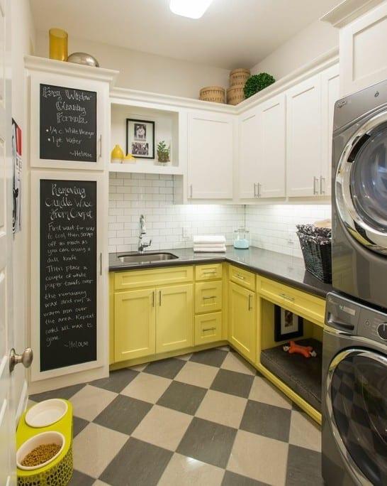 interessante einrichtungsidee für kleine küche mit gelben küchenschränken und eingebautem hundebett