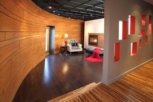 bodengestaltung mit laminat und schwarzen bodenfliesen für rundes wohnzimmer mit kamin und wohnzimmer farbgestaltung in grau und rot
