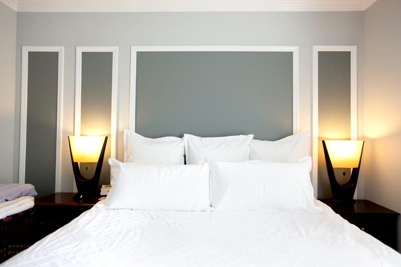 kleines schlafzimmer grau wanddeko idee mit wandfarbe grau und weißen bilderrahmen