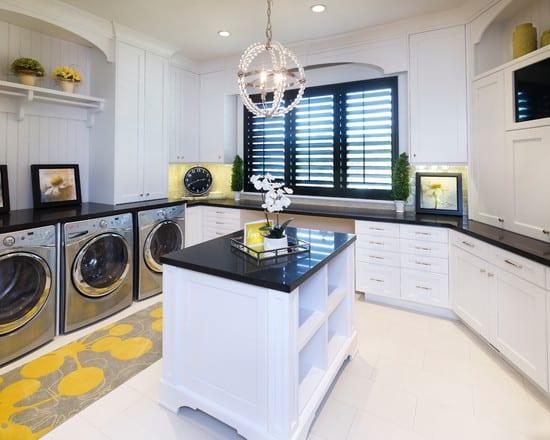 interessante einrichtungsidee für weiße küche mit schwarzem Granit-Arbeitsplatte und kochinsel als waschküche