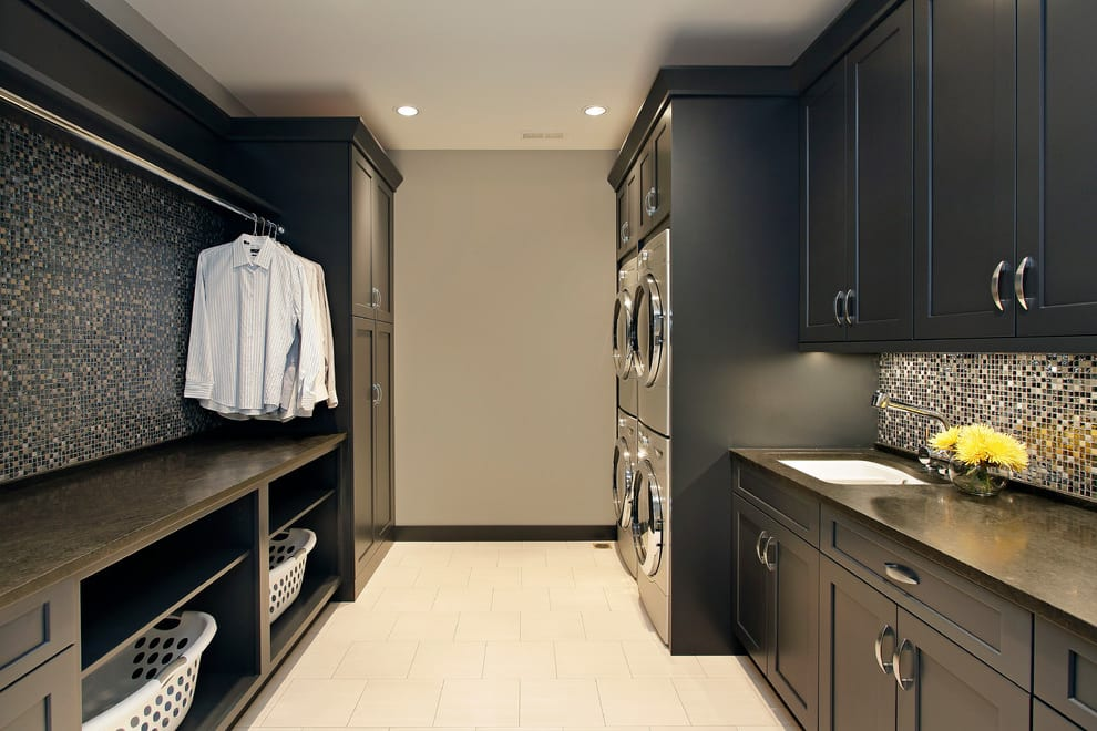interessante waschküche-einrichtungsidee mit schwarzen holzschränken und mosaikfliesen