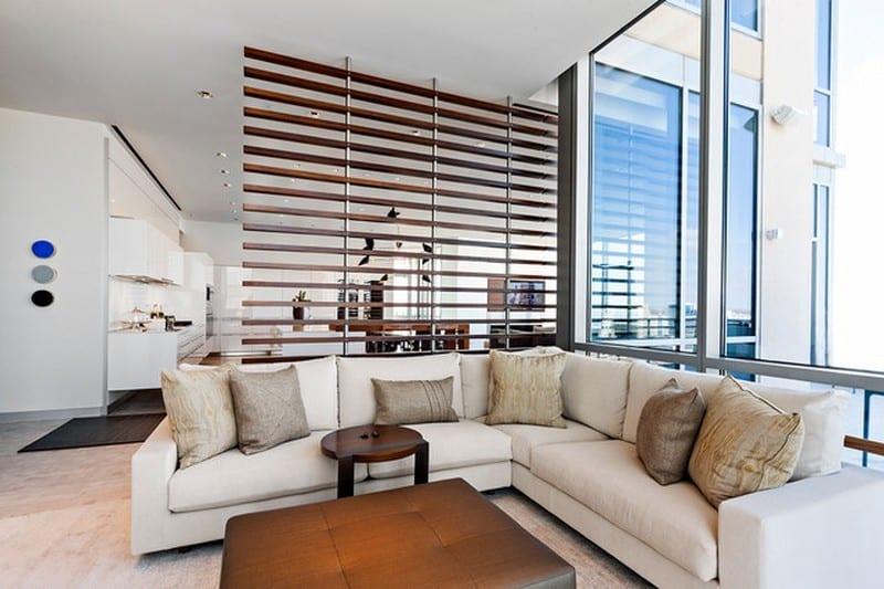 moderne wohn-esszimmer einrichtung mit küche weiß und ecksofa weiß mit leder-hocker-tisch
