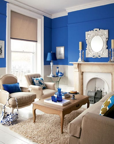 streichen idee wohnzimmer in blau und weiß_kleine wohnzimmer einrichtung mit kamin und polstermöbel in beige