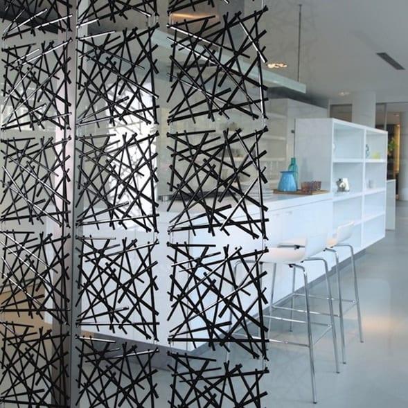 coole Idee für raumteilung mit Vorhang aus schwarzen kunststoffelementen