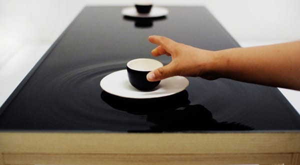 Ein au ergew hnlicher teetisch mit wasser tischplatte for Designer tischplatten