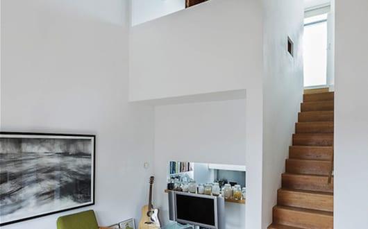 modernes mezzanin interieur mit innentreppe aus holz und kleines schlafzimmer mit faltbaren. Black Bedroom Furniture Sets. Home Design Ideas