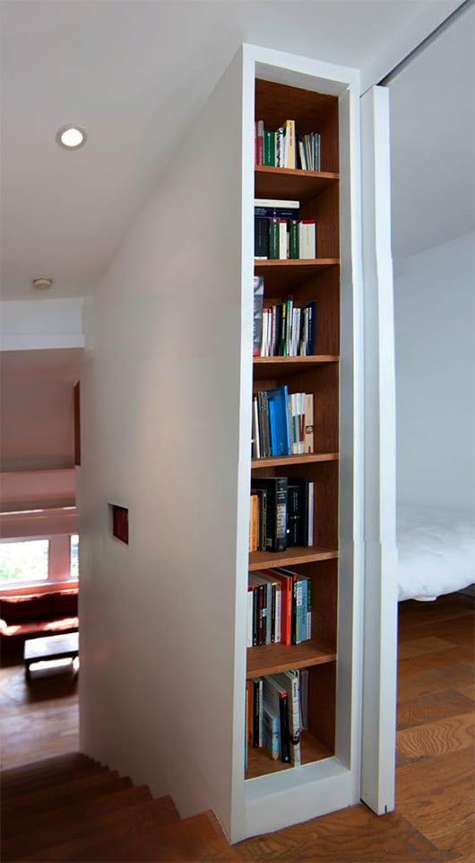 interessante Einrichtung mit eingebautem Bücherregal und platzsparende Lösung für kleine Räume mit schibetüren