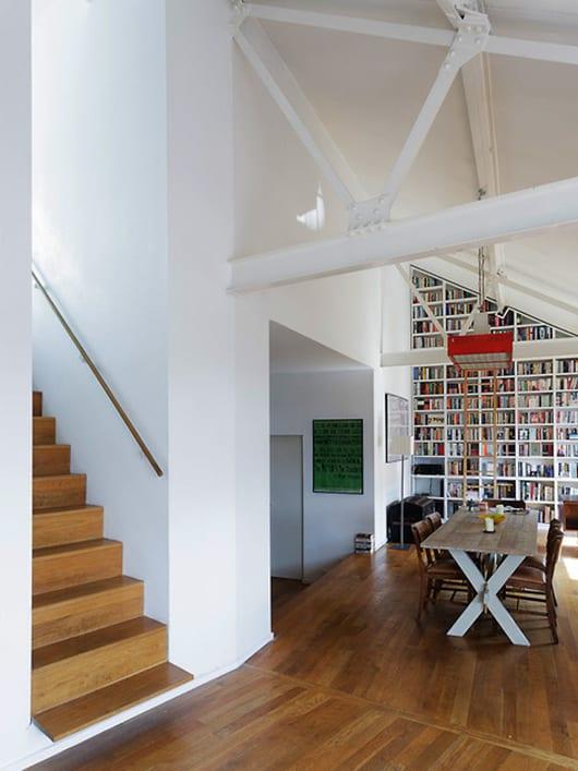 moderne loft wohnung mit holzboden und sichtbarer Dachkonstruktion aus metall in weiß einrichten