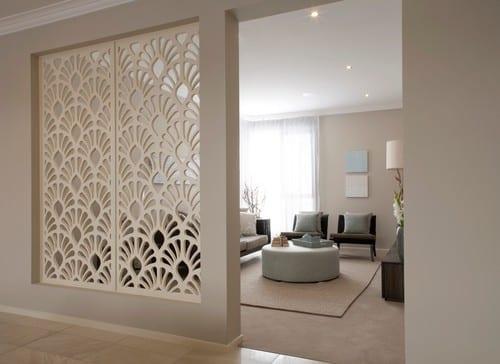wand-raumteiler aus wandpaneelen für moderne raumgestaltung flur und moderne wohnzimmer raumtrennung in wandfarbe beige