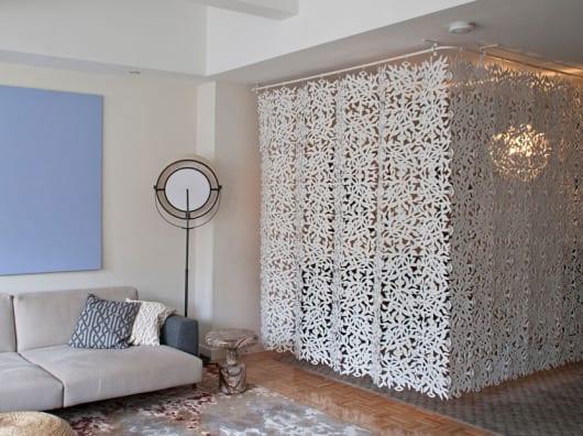 interessante raumgestaltung und raumteilung mit vorhang weiß