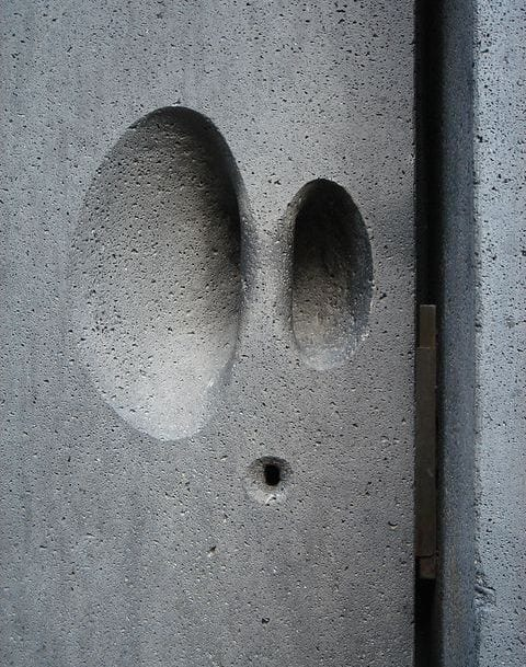 eingangstür mit türgriff aus basalt in grau als inspiration für moderne fassade grau