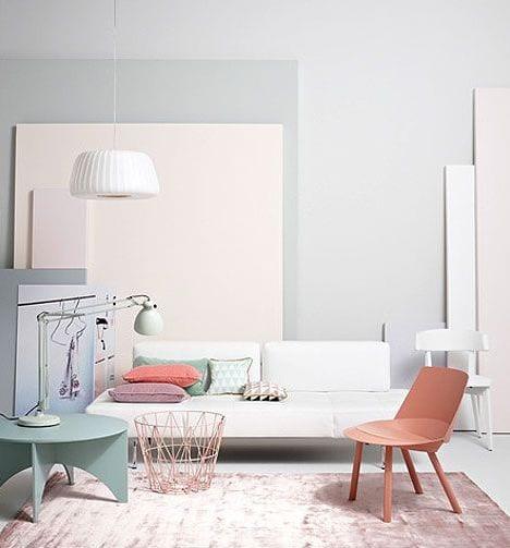 moderne wohnzimmer mit wandfarbe grau und coole farbgestaltung in hellblau und hellrosa
