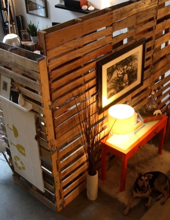 kleine wohnung einrichten mit palettenmöbel und DIY Raumteiler