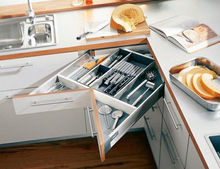 kreative küche einrichtungsidee mit platzsparenden schubladen an der ecke der küchenarbeitsplatte