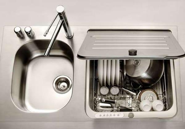 moderne küche einrichtung mit spülbecjen und eingebauter geschirrspülmaschine