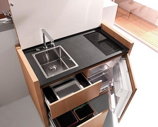 moderne kleine kücheneinheit mit waschbecken und kuhlschrank zum platz sparen in der küche