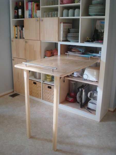 kreative Idee für küche mit klapbarem Holztisch als platzsparende küchenarbeitsplatte