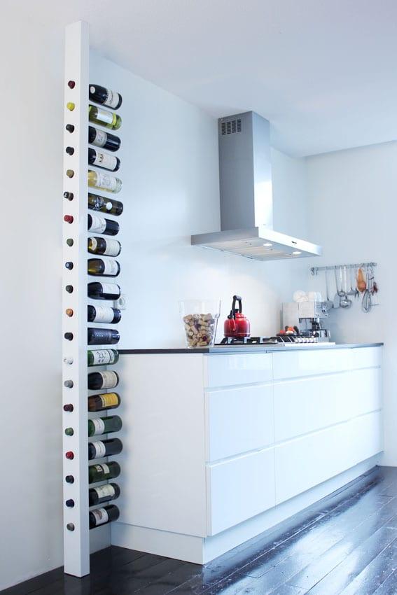 coole idee zum sparen von platz mit vertikalem Weinregal