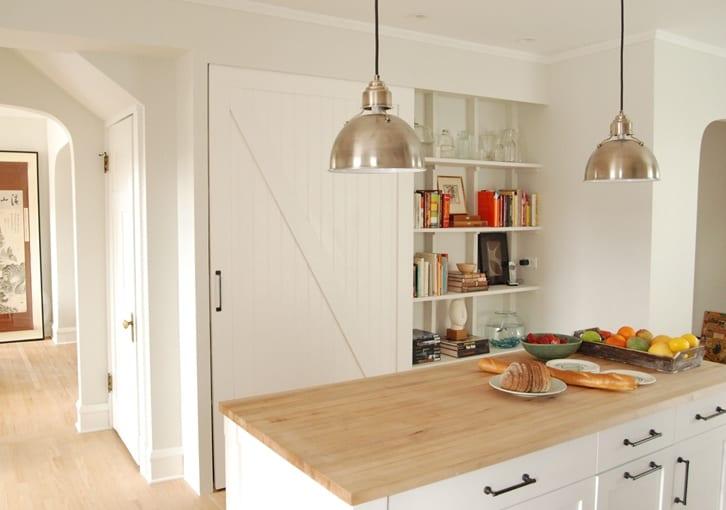 kleine küche weiß modern einrichten mit raumsparende wandregalen in wandnische