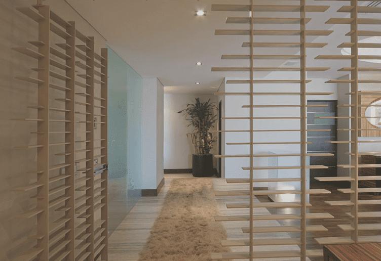 moderne raumgestaltung und einrichtung mit holzlamellen als wohnidee flur und eingangsbereich