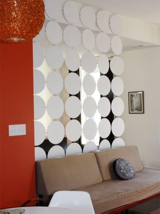 kleines wohnzimmer einrichtung mit DIY Raumteiler und farbgestaltung mit wandfarbe rot