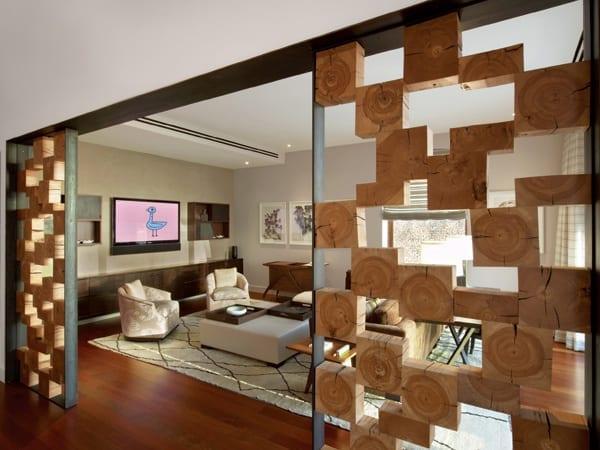 moderne wohnzimmer einrichtung mit laminatboden und weißem teppich und hockertisch leder