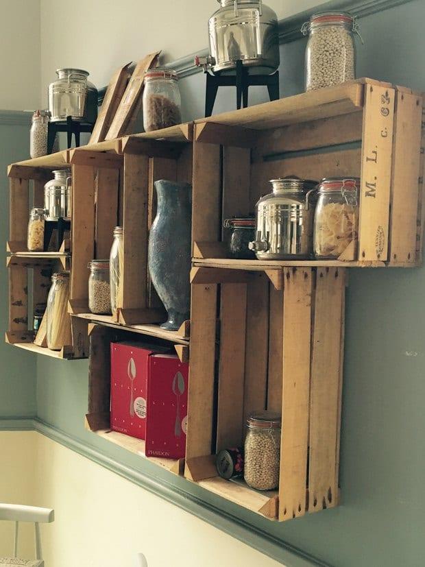 obstkisten für DIY wandregalen in der küche für rustikale küchengestaltung