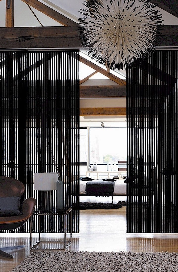 modernes schlafzimmer interior mit schiebbaren hängeelementen und moderner Pendellampe weiß