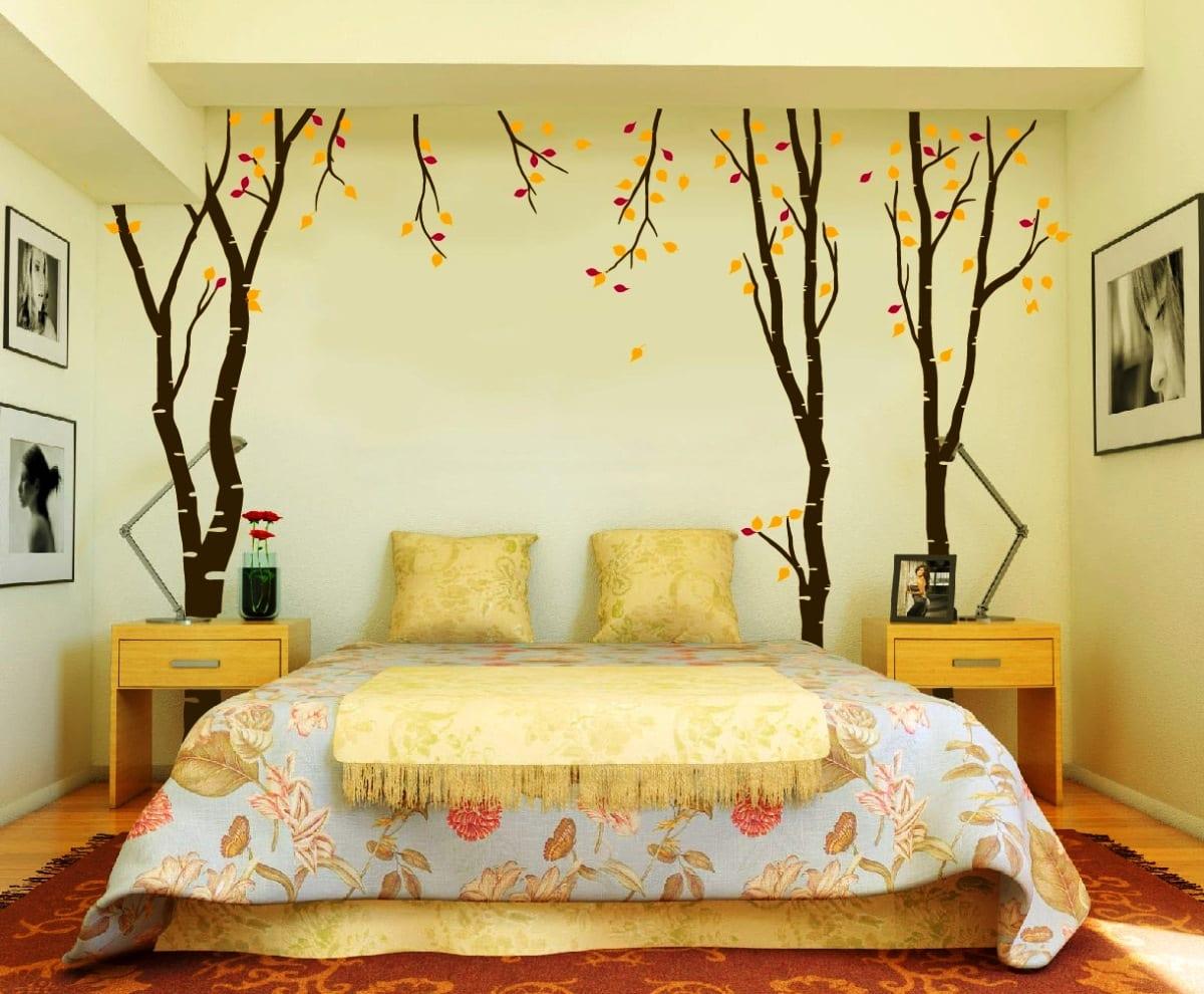 Schlafzimmer Mit Wandfabe Hellgelb Und Schwarz Weiße Fotografie Als  Wanddeko Und Blaue Bettdecke Mit Blumenmotiven