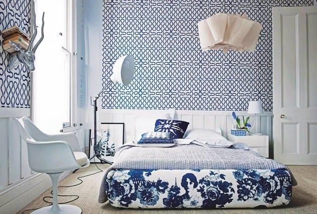 moderne schlafzimmer idee und wandgestaltung mit tapeten in weiß und blau