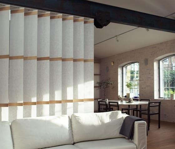 textillamellen weiß als dezente raumtrennung wohnzimmer und als moderne wohnzimmergestaltung