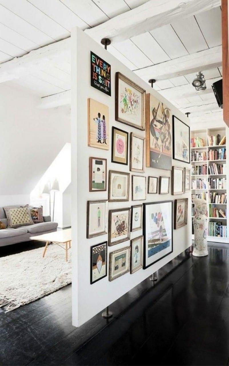 moderne wohnzimmer mit DIY Raumteiler und holzboden in schwarz-lach und holzdecke weiß