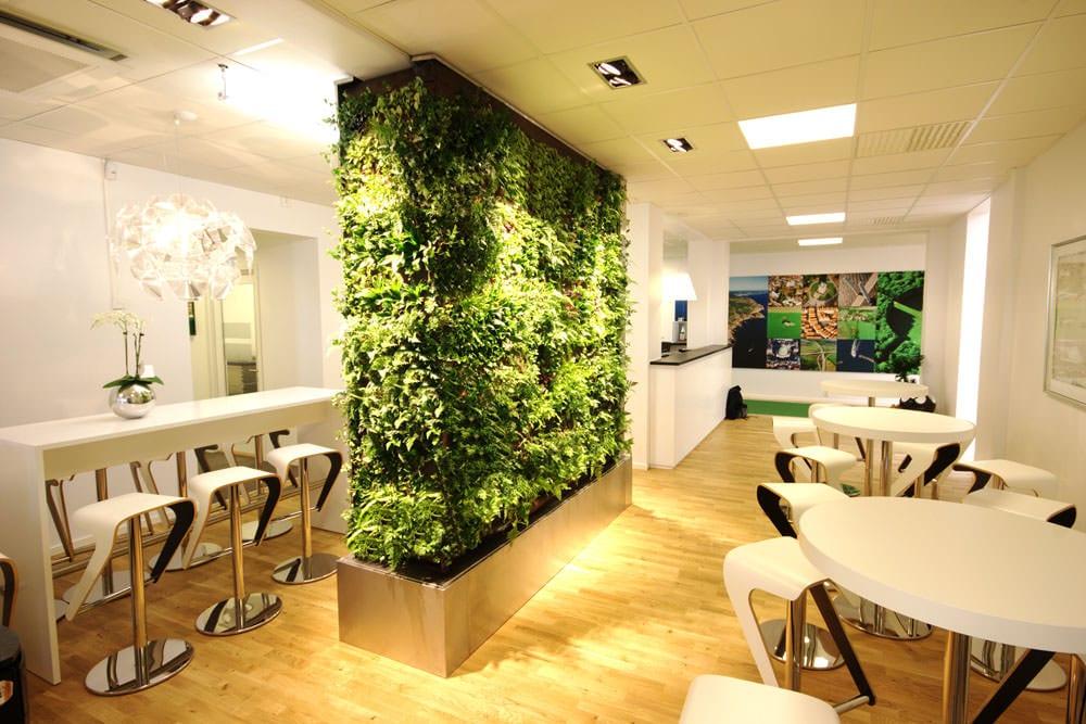 moderne gastronomiemöbel weiß und modernes Interior design mit pflanzen und runden Bartischen mit Barhockern weiß