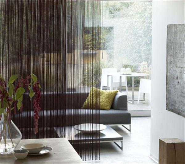 modernes wohnzimmer inspiration mit polstersofa grau und Fadenvorhang schwarz