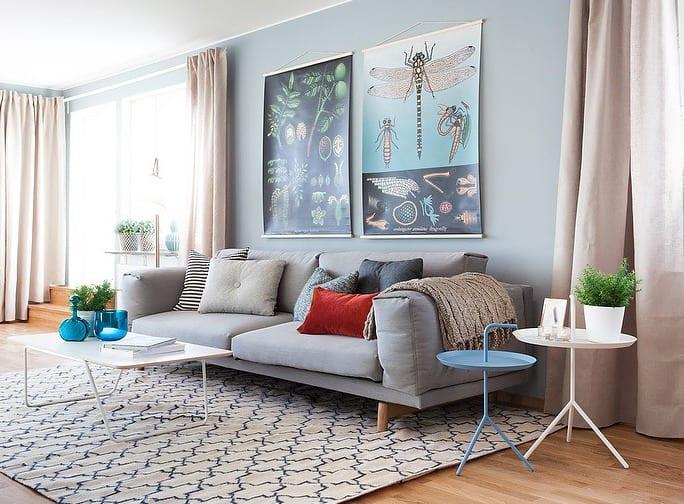 moderne wohnzimmer einrichtung und farbgestaltung in blau mit parkettboden und hellrosa gardinen