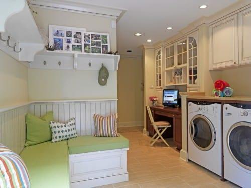 interessante waschküche-einrichtungsidee mit eck-sitzecke weiß und weißen wandregalen mit kleiderhacken