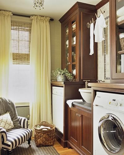 interessante waschküche-einrichtungsidee mit holzmöbeln und gelben gardinen