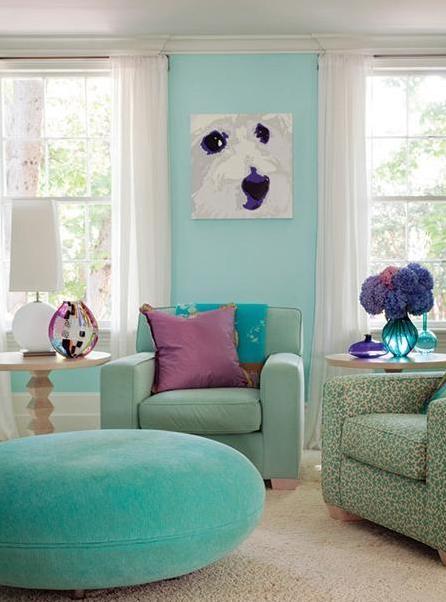 kleine wohnzimmer streichen idee mit wandfarbe blau und frische einrichtung mit polstermöbeln in hellblau