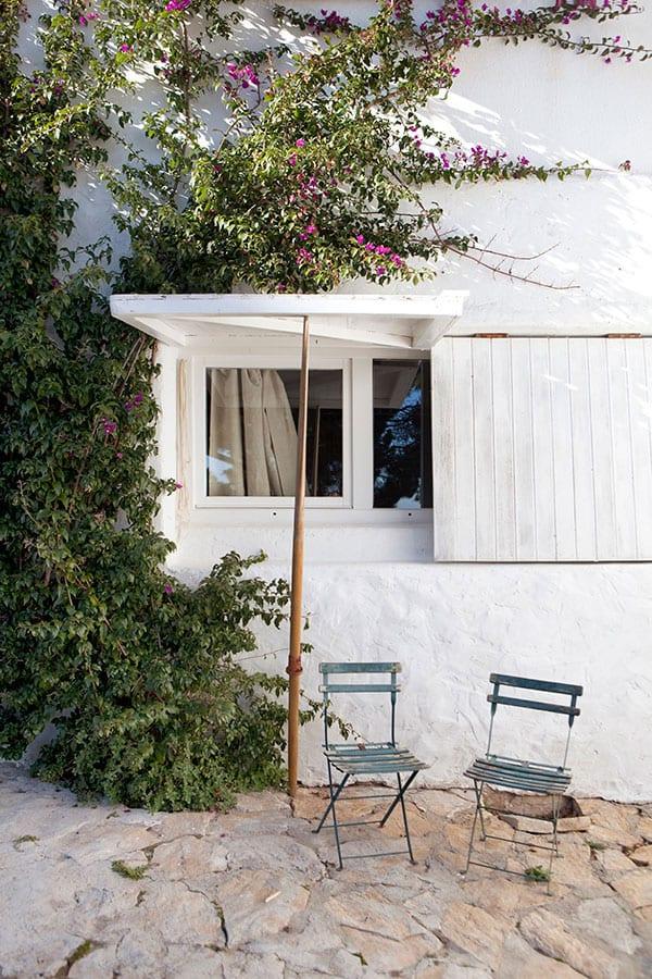 schöne häuser im mediterranen Stil in weiß mit weißen klapbaren Holzfensterläden